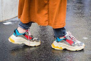 Sneakers đánh bại giày cao gót giữa đại dịch Covid-19