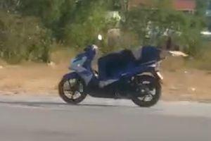 Người đàn ông nước ngoài lái xe máy trong tư thế nằm ngửa