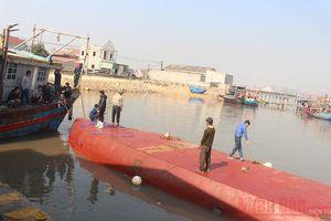 Nỗ lực cứu tàu chở 5.000 lít dầu bị lật úp trên biển