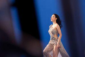 Liên tục ăn mặc sexy, Angela Phương Trinh 'lột xác' khác lạ