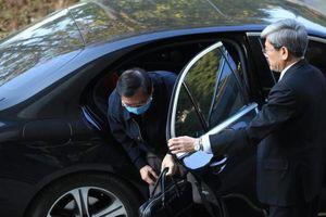 Vì sao cựu Bộ trưởng Vũ Huy Hoàng đến tòa không bị còng tay, đi xe Mercedes?