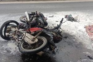 2 xe máy bốc cháy ngùn ngụt sau va chạm, 2 người bị bỏng nặng