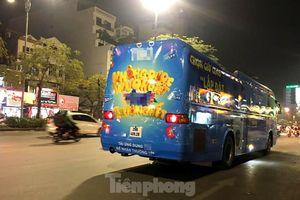 Ô tô 45 chỗ vẫn ngang nhiên dán decal quảng cáo kín xe diễu phố Hà Nội