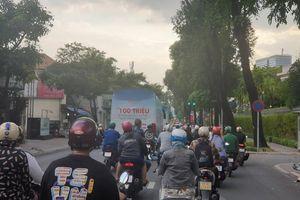 Quảng cáo 'bẩn' bằng xe bịt bùng xuất hiện trên đường phố TPHCM