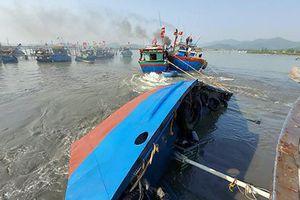 Đang trục vớt tàu chở dầu chìm gần cảng cá ở Nghệ An