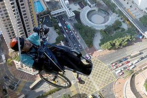 Nghị lực của người đàn ông ngồi xe lăn leo 250m nhà cao tầng
