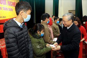 Thường trực Ban Bí thư Trần Quốc Vượng tặng quà hộ nghèo tại Thái Bình