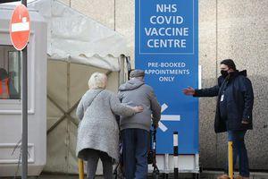 Anh thử nghiệm trung tâm tiêm vaccine COVID-19 24/24 giờ