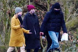 Taylor Swift tay trong tay với Joe Alwyn và có cả mẹ bạn trai bên cạnh, phải chăng đã được chấp nhận làm 'con dâu tương lai'?