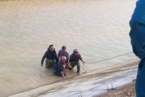 Tìm thấy bé trai rơi xuống sông, bên cạnh còn in dấu tay cào vào bê tông khi nạn nhân cố bò lên bất thành