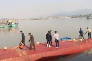 Tàu chở dầu lật úp ở cảng cá, gấp rút xử lý vết dầu loang