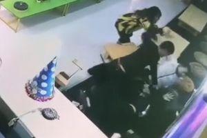Đang ôm con, người phụ nữ bị 2 người đàn ông xông vào đánh đập dã man