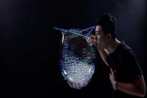 Sinh viên Trung Quốc trở thành kỷ lục gia thổi bong bóng xà phòng