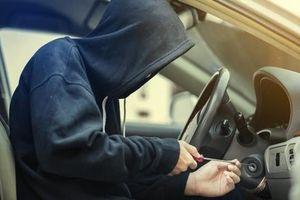 Tên trộm lấy cắp xe ô tô, phát hiện trên xe có một em nhỏ, liền lái xe quay lại… mắng người mẹ