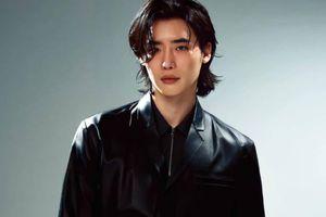 Lee Jong Suk diện đồ Prada lên bìa tạp chí
