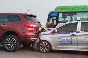 Cầu Vĩnh Tuy ùn tắc sau vụ 5 ôtô tông liên hoàn