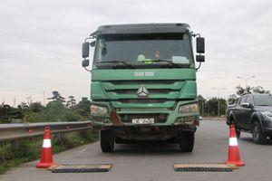 Xử phạt nghiêm các phương tiện quá tải lưu thông qua cầu Thăng Long