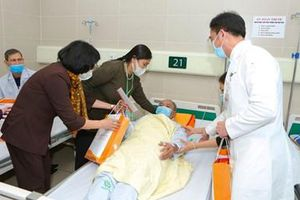 Phó chủ tịch nước Đặng Thị Ngọc Thịnh tặng quà cho người bệnh tại Bệnh viện Bạch Mai