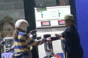 Trộm tiền của khách mua xăng bằng cách bơm nối số