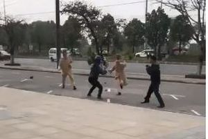 Người đàn ông cầm côn nhị khúc tấn công tới tấp CSGT