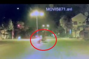 Khoảnh khắc xe máy vượt đèn đỏ gây tai nạn khiến 2 người tử vong