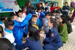 Nữ chiến sĩ Cảnh sát biển lên núi mang 'xuân yêu thương' cho trẻ nhỏ