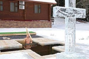 Ông Putin cởi trần, ngâm mình dưới hồ nước băng giá