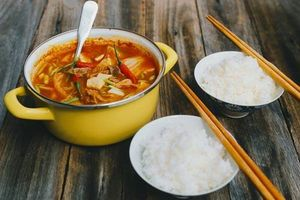 Nấu canh kim chi thịt gà hấp dẫn cho ngày Tết