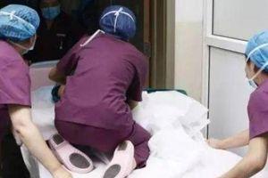 Sản phụ vừa sinh xong đòi đi vệ sinh, bác sĩ hốt hoảng đưa vào cấp cứu
