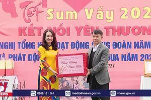 Thông tấn xã Việt Nam trao quà cho công nhân khó khăn