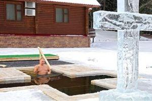 Tổng thống Putin cởi trần, ngâm mình xuống hồ nước lạnh giá