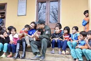 Trung đoàn CSCĐ Trung bộ đem nghĩa tình tới biên cương Tổ quốc'