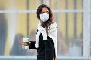 Katie Holmes mặc đồ giản dị, một mình ra phố mua sắm