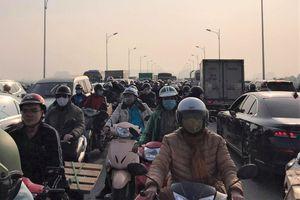 5 ô tô tông liên hoàn, xe cộ chôn chân trên cầu Vĩnh Tuy trong nhiều giờ