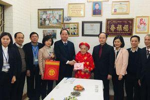 Tặng quà các gia đình chính sách ở quận Long Biên