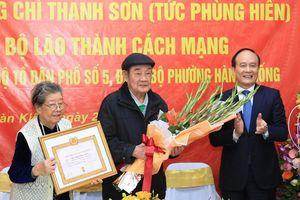 Đồng chí Nguyễn Ngọc Tuấn trao Huy hiệu 75 năm tuổi Đảng, tặng quà các gia đình tại quận Hoàn Kiếm