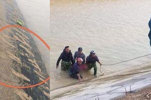 Trắng đêm dầm mình trong nước lạnh tìm kiếm thi thể cháu bé 9 tuổi rơi xuống sông