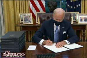 Ông Biden ký loạt lệnh hành pháp xóa bỏ di sản của ông Trump