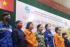 Trao quà tết cho 300 nữ công nhân vệ sinh môi trường