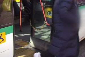 Cô gái Hàn tử vong vì áo khoác dài kẹt vào cửa xe buýt