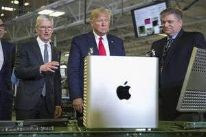 Tim Cook tặng máy tính 6.000 USD cho ông Trump