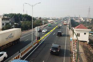 Thêm biển báo, dải phân cách ngăn xe quay đầu tại cầu Thăng Long