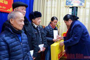 Đồng chí Tòng Thị Phóng tặng quà Tết tại Bắc Kạn