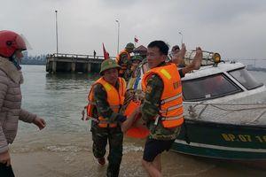 Quảng Bình: Bộ đội Biên phòng cứu 3 ngư dân chìm thuyền