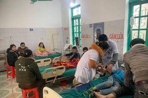 Ăn sáng trước cổng trường, 7 học sinh nhập viện cấp cứu