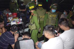 Đột kích quán karaoke ở An Giang, phát hiện 14 nam nữ chơi ma túy