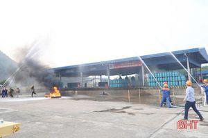 Diễn tập đối phó với tình huống cháy nổ tại trạm chiết nạp gas ở Nghi Xuân
