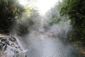 Dòng sông nào nước sôi sùng sục gần 100 độ C?