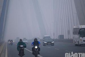 Hà Nội 'chìm' trong sương mù, các xe phải bật đèn đi giữa ban ngày