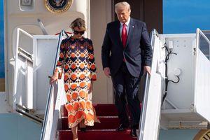 Rời Nhà Trắng, bà Melania Trump tươi trẻ trong chiếc váy cam của Gucci